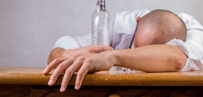 SANTÉ : DÉCOUVREZ LES CONSÉQUENCES DE L'ALCOOL SUR LA PEAU!