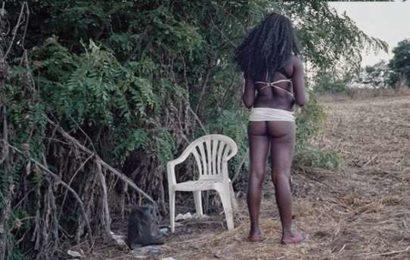 Une fille de 16 ans pris en flagrant délit avec 52 hommes dans la brousse