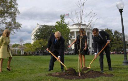 Etats-Unis: Macron fait du jardinage, avant d'aborder les dossiers chauds