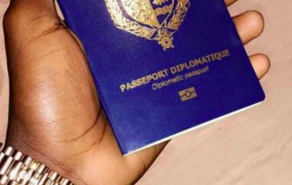 (Photos): Le fils de Aly Ngouille Ndiaye exhibe son passeport diplomatique et insulte..