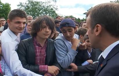 « Ça va manu ? » : Macron s'énerve contre un Lycéen et le compare à un « imbécile » (Vidéo)