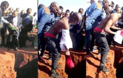Afrique du Sud: un homme enterré avec de la bière, de l'argent, et des téléphones portables (PHOTOS)