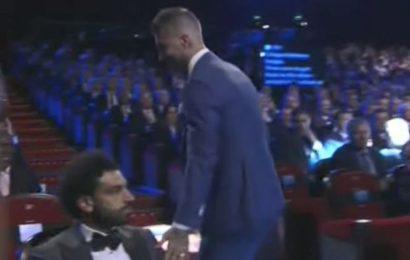 (Vidéo) Ramos tape encore sur l'épaule de Salah au tirage au sort de la Ligue des champions