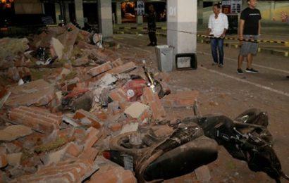 Indonésie: Un imam continue sa prière durant un séisme (Vidéo)