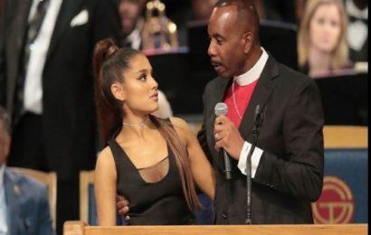 Funérailles d'Aretha Franklin: Un évêque s'excuse pour avoir touché le sein d'Ariana Grande (vidéo)