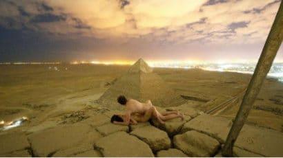 Égypte : un couple nu sur une pyramide affole la toile (vidéo)