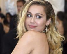 Entièrement nue, la chanteuse Miley Cyrus profite du soleil (photo)